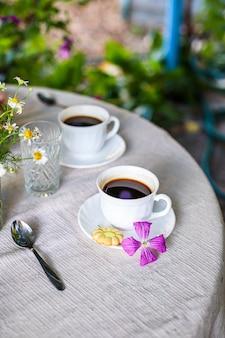 Kawa i śniadanie na stole przerwa na herbatę na świeżym powietrzu