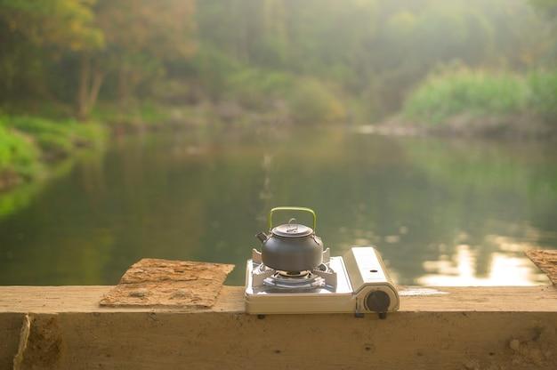 Kawa kapie na drewno natury nad jeziorem