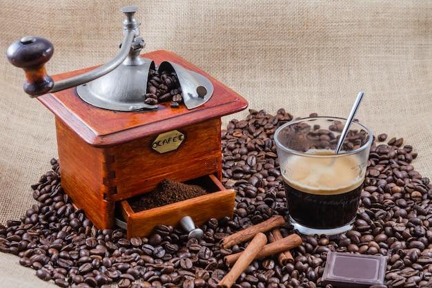 Kawa, kubek i młynek, montaż wykonany w studio