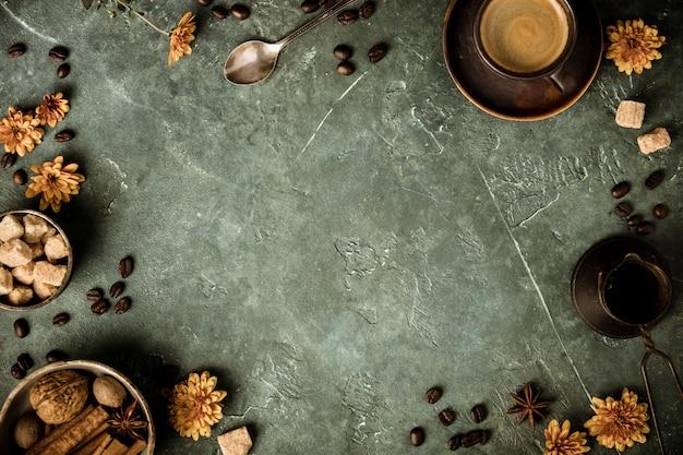 Kawa, kwiaty i przyprawy na starym zielonym tle