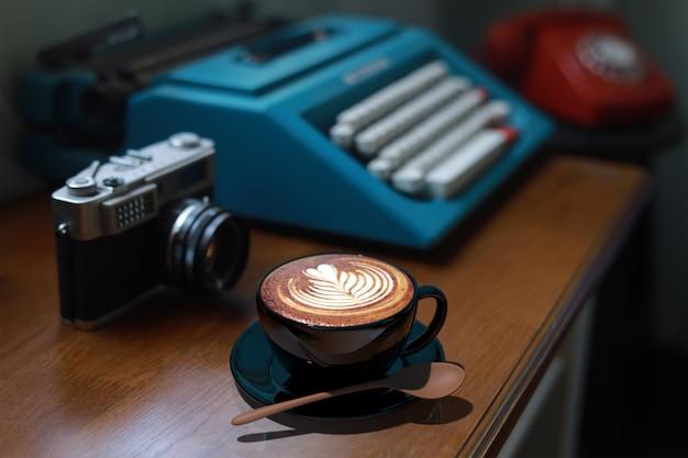 Kawa latte art w kawiarni