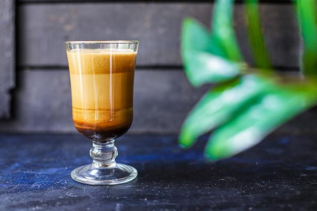 Kawa latte cappuccino dalgona w przezroczystej szklance słodki napój