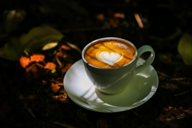Kawa latte na podłogach z lekkiego drewna