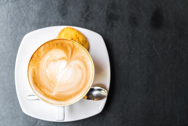 Kawa latte sztuki na stole.