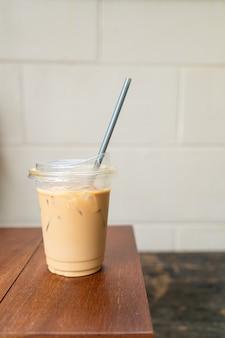 Kawa latte w szklanym drewnie na wynos na stole