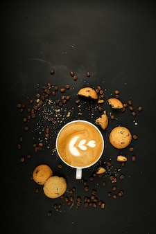 Kawa latte z ciasteczkami i ziarnami kawy
