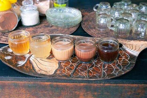 Kawa luwak zestaw do degustacji herbaty owocowej i ziołowej na farmie kawy luwak na bali w indonezji