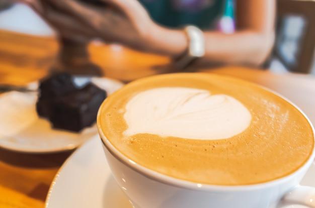 Kawa mokka z latte art na stole w kawiarni