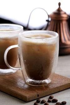 Kawa mrożona cappuccino w szklance z podwójną ścianką