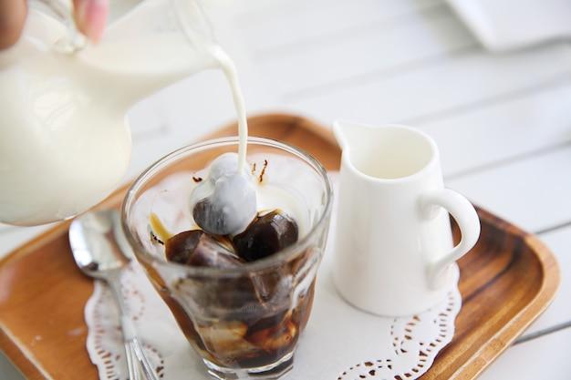 Kawa mrożona na białym tle drewna