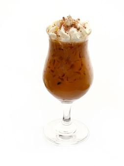 Kawa mrożona w szkle z bitą śmietaną na białym tle