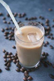 Kawa mrożona w wysokiej szklance na czarnym tle