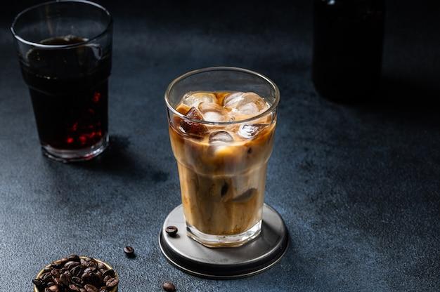 Kawa mrożona w wysokiej szklance z polaną śmietaną. latte z mleka migdałowego. zimny letni napój. zimny napar w szkle. wegetariańska kawa w szkle. wietnamska kawa mrożona. wegańskie latte.