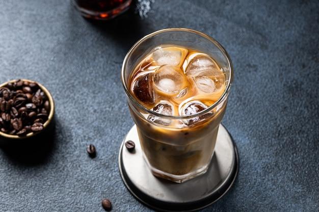 Kawa mrożona w wysokiej szklance z polaną śmietaną. latte z mleka migdałowego. zimny letni napój. zimny napar w szkle. wegetariańska kawa w szkle. wietnamska kawa mrożona. wegańskie latte