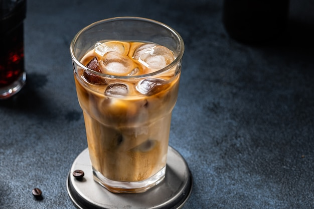 Kawa mrożona w wysokiej szklance z polaną śmietaną. mrożona latte. zimny letni napój. zimny napar w szkle. cappuccino na lodzie. wietnamska kawa mrożona.