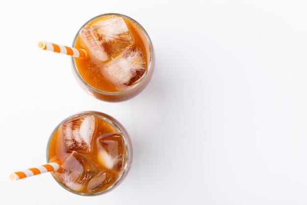 Kawa mrożona w wysokiej szklance ze śmietaną.