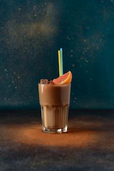 Kawa mrożona z mlekiem i cynamonem w przezroczystym szklanym kubku