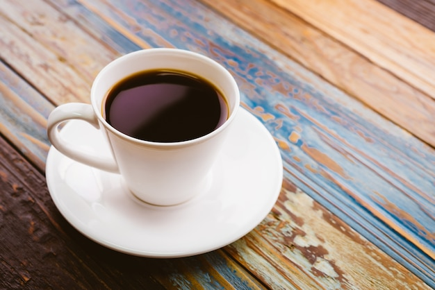 Kawa na drewnianym stole