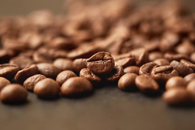 Kawa na grunge drewnianym stole