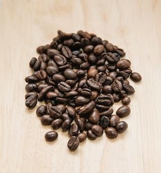 Kawa na grunge drewnianym tle