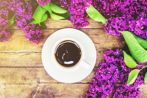 Kawa na śniadanie i kwiaty bzu. selektywna ostrość.