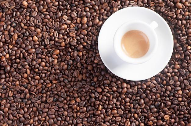 Kawa na tle ziaren kawy