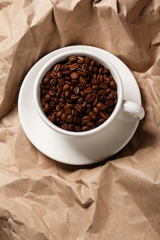 Kawa na zmiętej powierzchni papieru