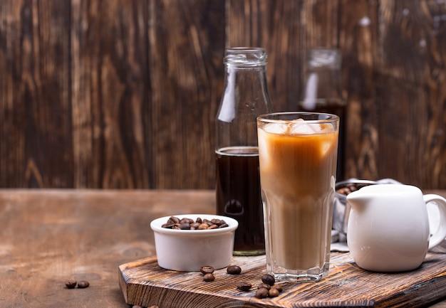 Kawa parzona na zimno z lodem i mlekiem, modny orzeźwiający napój