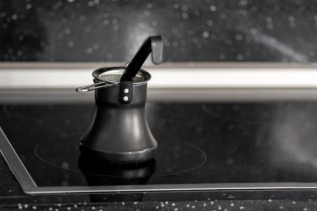 Kawa parzona po turecku pozostaje na powierzchni kuchenki indukcyjnej