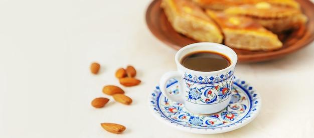 Kawa po turecku i baklava na jasnym tle. selektywne skupienie. jedzenie.