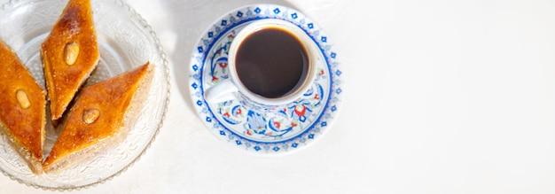 Kawa po turecku i baklava na jasnym tle. selektywne skupienie. natura.