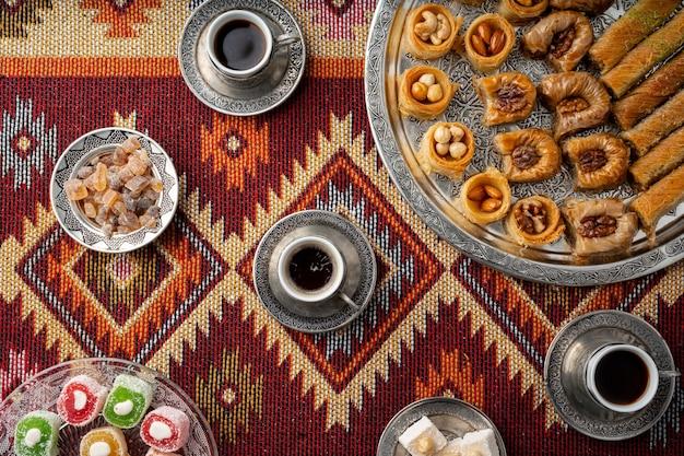 Kawa po turecku i słodycze podawane na kolorowym wzorzystym dywanie