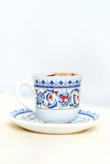 Kawa po turecku na jasnym tle. selektywne skupienie. drink.