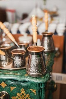 Kawa po turecku parzona na piasku w cezve. kawa orientalna, wschodnia