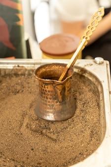 Kawa po turecku przygotowana na gorącym piasku dla niepowtarzalnego smaku i aromatu.