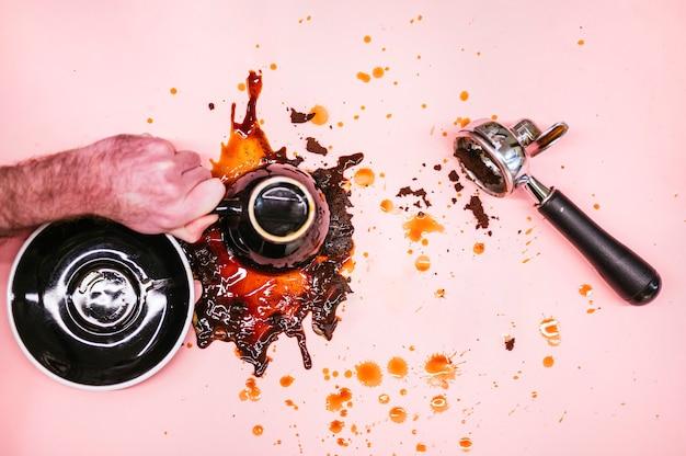Kawa przewrócona na różowym tle