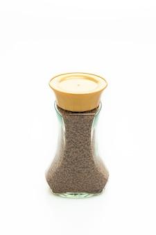 Kawa rozpuszczalna w szklanej butelce na białym tle
