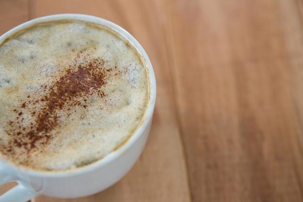 Kawa serwowana w białej filiżance