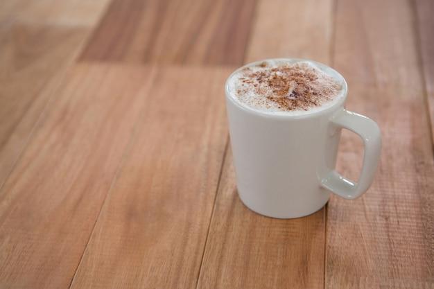 Kawa serwowana w białym kubku