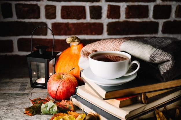 Kawa składająca się z książek i dekoracji jesiennych