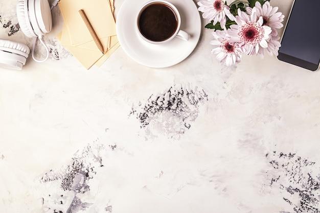 Kawa śniadaniowa, telefon, słuchawki