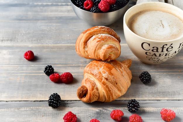Kawa śniadaniowa z mlekiem i rogalikami