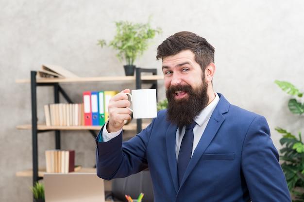 Kawa to zawsze dobry pomysł. biznesmen brodaty mężczyzna przytrzymaj biuro stoisko kubek. zacznij dzień od kawy. ludzie sukcesu piją kawę. relaksująca przerwa kawowa. szef korzystających napój energetyczny. uzależniony od kofeiny.