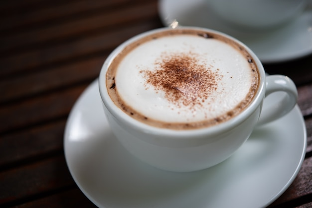 Kawa w białej filiżance na stole w kawiarni