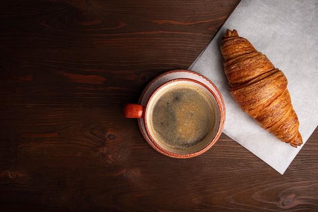 Kawa w filiżance i rogalik