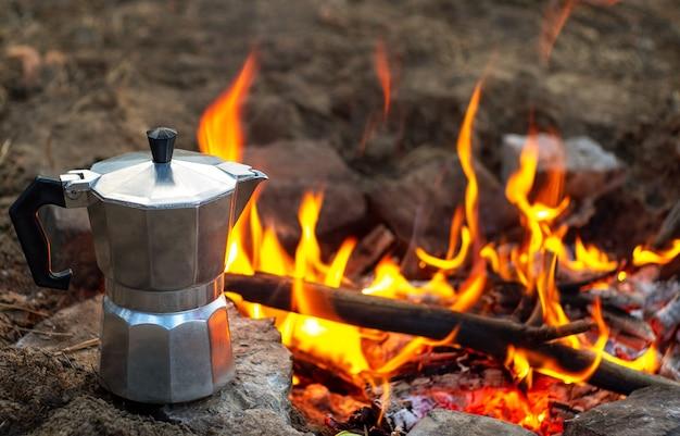 Kawa w gejzerze nad ogniskiem. gejzer z kawą w naturze.