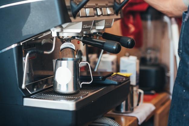 Kawa w jednorazowym kubku z ekspresem