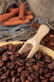 Kawa w misce na podłoże drewniane