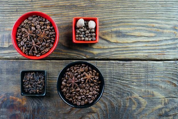 Kawa w pojemniku, cynamon, gałka muszkatołowa i goździki.