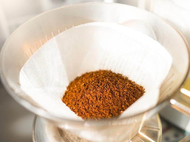 Kawa w proszku uzyskana przez zmielenie na bibule filtracyjnej i filiżankach do ściekania kawy